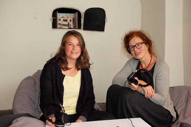 Die beiden Kuratorin Julia Nothelfer (l.) und Claudia Glass (r.) am Pult, wo kriegerisch geprägte Kinderlieder zu hören sind.