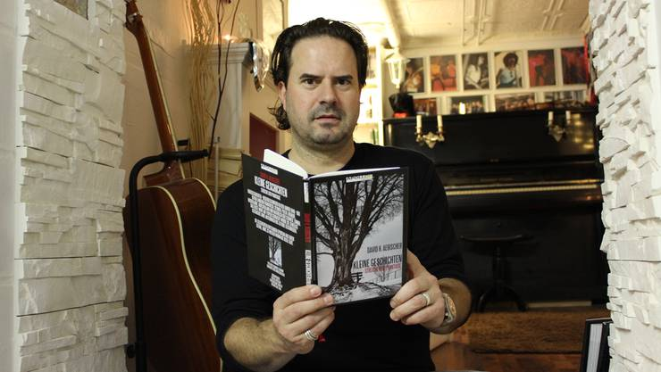 David Aebischer mit seiner Geschichtensammlung, die er als Zwanzigjähriger geschrieben hat und die nun neu aufgelegt wurde.