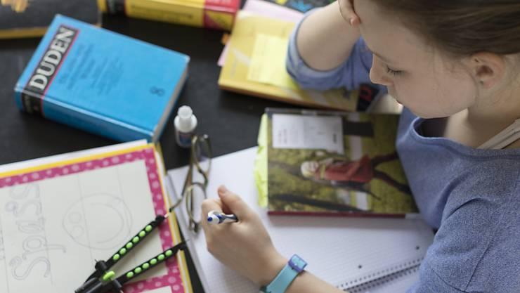 Der Schweizerische Gewerbeverband (sgv) kritisiert die Verakademisierung der Berufsbildung und fordert bei der Weiterentwicklung der Berufsbildung mehr Freiheiten und Entscheidkompetenzen für die Wirtschaft.