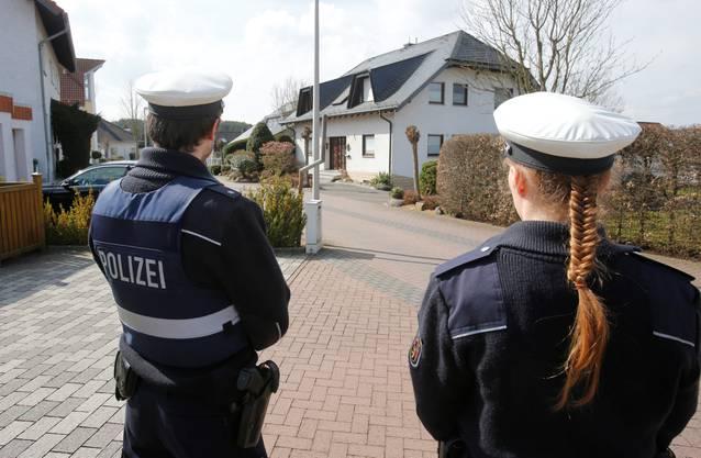 Die Polizei bewacht das Haus, in dem Co-Pilot Andreas Lubitz gewohnt hat.