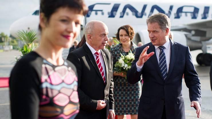 Der finnische Präsident Sahli Niinistö wird von Ueli Maurer empfangen
