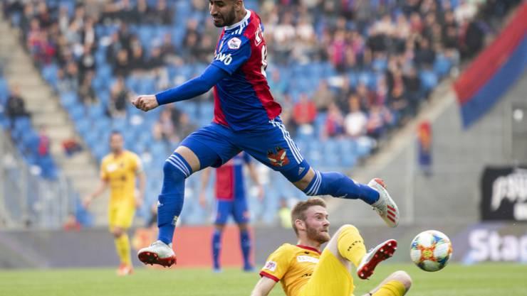 Basels Doppeltorschütze Samuele Campo überspringt Thibault Corbaz