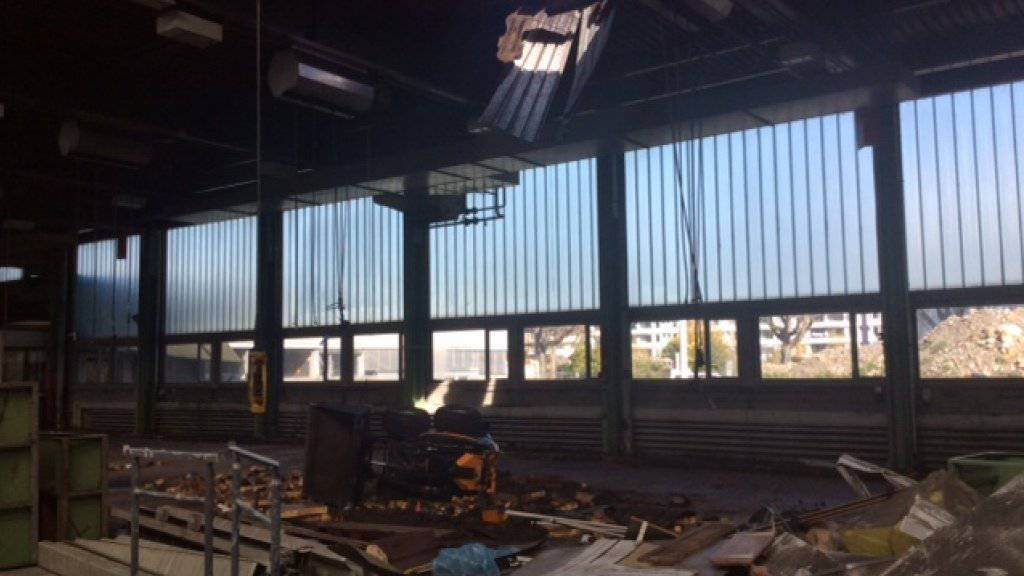 Am Dienstag ist ein Bagger durch das Dach einer Halle der Zürcher Verkehrsbetriebe gebrochen.