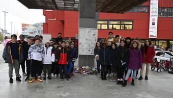Die Kinder posieren zusammen mit dem Stapi vor der Skulptur.