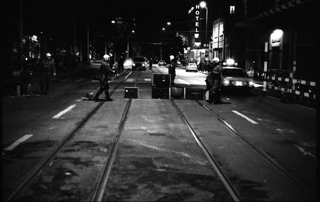 Fernsehgeräte auf den Strassen während der Jugendunruhen 1981.