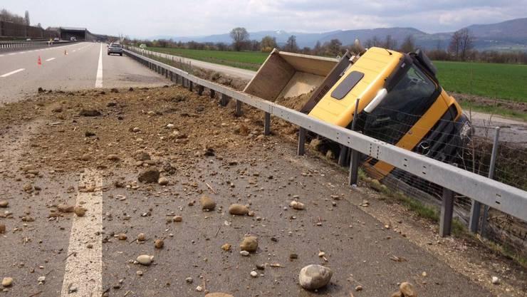 Die Normalspur der A5 musste gesperrt werden, um die Fahrbahn zu säubern. (Symbollbild)