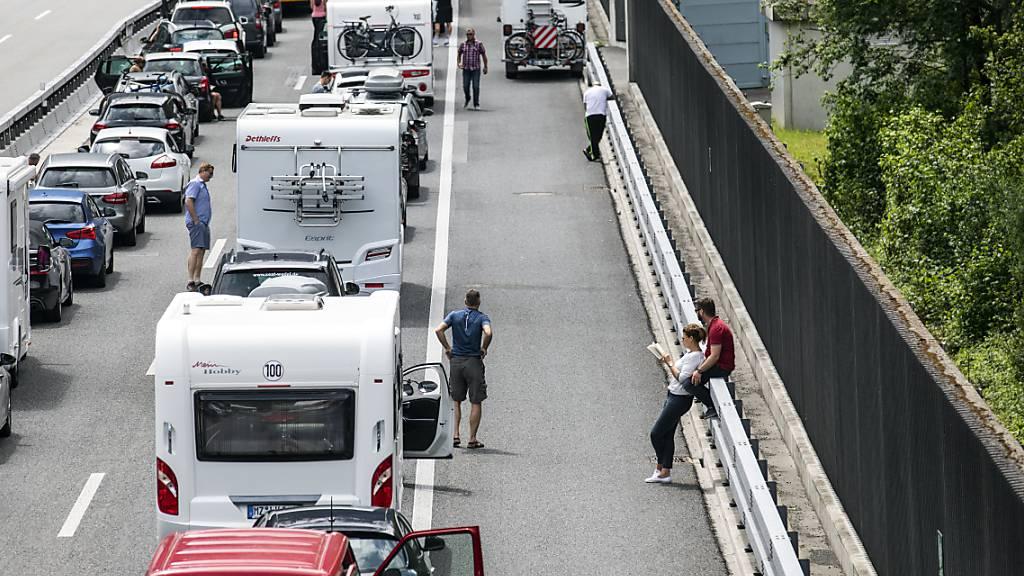 Die Autos stauen sich vor dem Gotthardtunnel. (Archivbild)