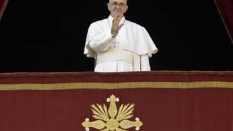 """Papst Franziskus spricht von der Loggia des Petersdoms aus den traditionellen Segen """"Urbi et Orbi""""."""