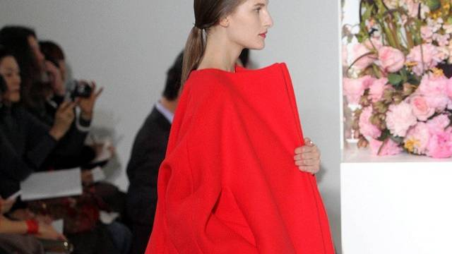 Ein Model präsentiert einen Mantel aus der Kollektion von Jil Sander