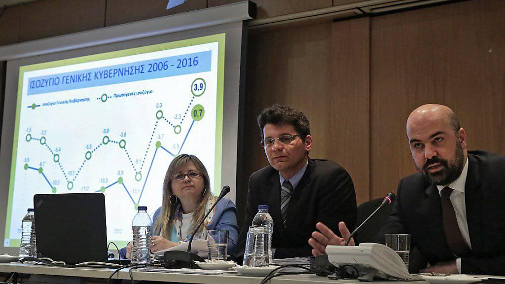 Gute Nachrichten: Elstat-Präsident Athanasios Thomopoulos (rechts) verkündet an einer Medienkonferenz einen höher als erwartet ausgefallenen Überschuss des griechischen Haushalts.