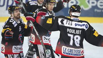 Fribourgs Julien Sprunger (m.) gefeierter Torschütze zum 2:0