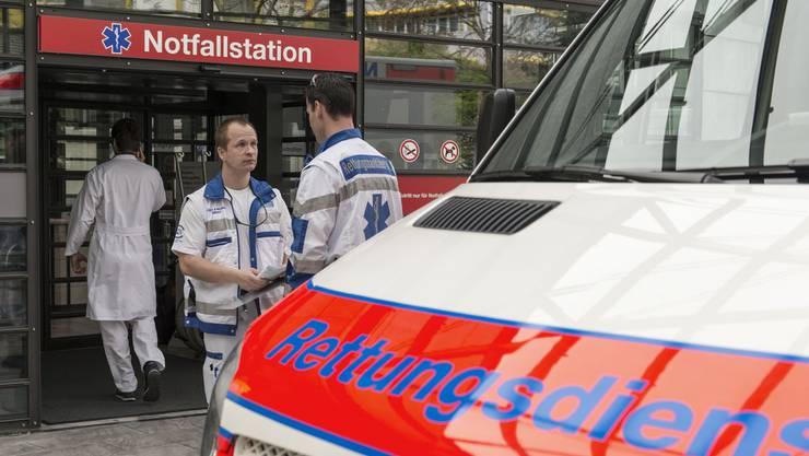 Der schwer verletzte Velofahrer wurde mit dem Rettungswagen ins Spital gebracht. (Symbolbild)