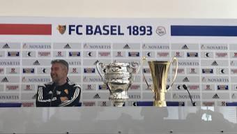 FCB-Trainer Urs Fischer mit seinen beiden gewonnen Trophäen.