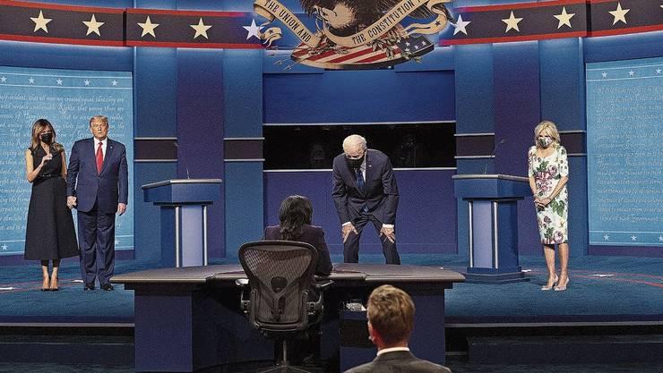 Melania Trump (mit Maske) und Jill Biden gesellten sich nach der Debatte zu ihren Ehemännern.