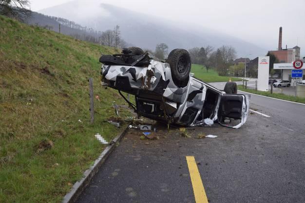Balsthal SO, 14. April: Ein 18-Jähriger verliert die Kontrolle. Er kollidiert mit der Böschung am Strassenrand, sein Fahrzeug überschlägt sich und landet auf dem Dach.