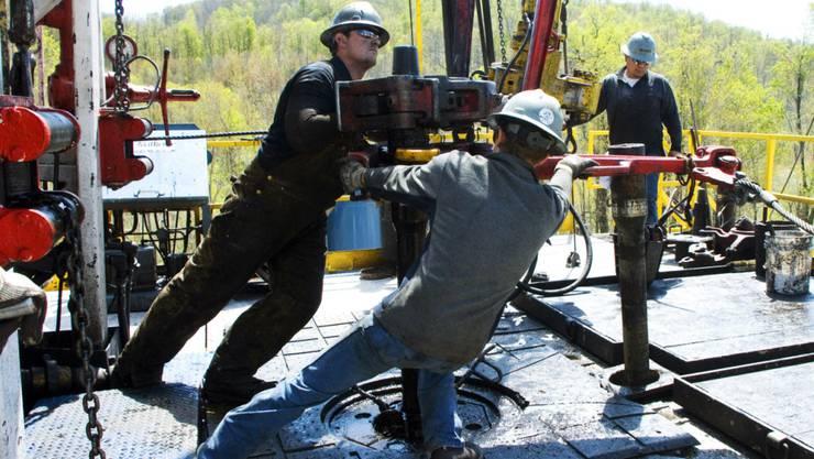 Arbeiter an einem Bohrloch bei einer Erdgas-Quelle in der Nähe von Burlington im US-Bundesstaat Pennsylvania. (Archivbild)