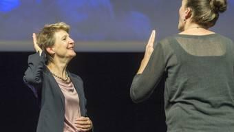 Hat ein Herz für Gehörlose: Bundespräsidentin Simonetta Sommaruga (links).