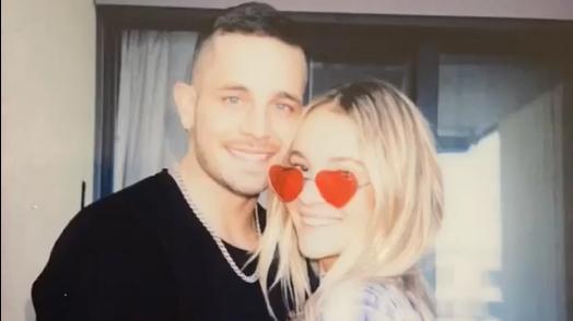 Loco Escrito zeigt seine neue Freundin Michelle