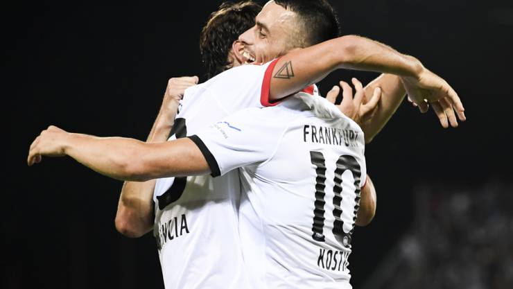 Die Frankfurter Torschützen Gonçalo Paciencia (links) und Filip Kostic Freuen sich nach Paciencias 4:0