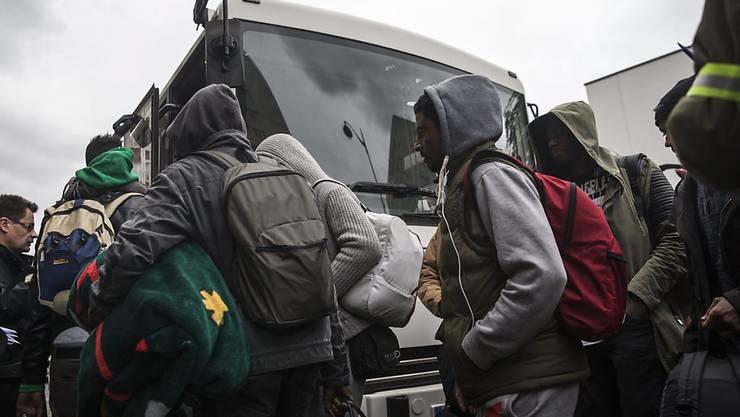 Die Flüchtlinge wurden in offizielle Unterkünfte in Paris und Umgebung gebracht.