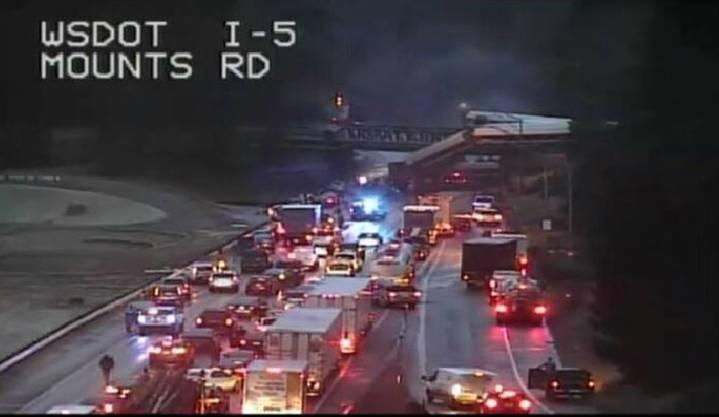 Das Bild einer Verkehrskamera zeigt den entgleisten Zug, der auf die Autobahn gestürzt ist.
