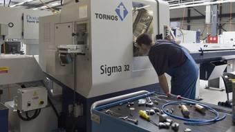 Arbeiter der Tornos-Maschinenfabrik an der Arbeit (Archiv)