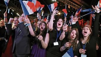 Anhänger der Partei von Marine Le Pen jubelten gestern in Paris, als die Wahlresultate eintrafen.