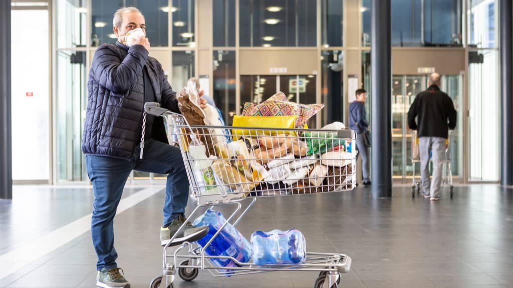 Auch in Basel-Stadt muss man beim Einkaufen nun eine Maske tragen