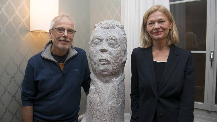 Alois Herger und Heidi Specogna mit der Steinskulptur von Pepe Mujica.