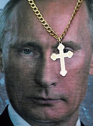 Gott um den Hals und Putin auf dem T-Shirt: Die meisten Russen stehen hinter ihrem Präsidenten.