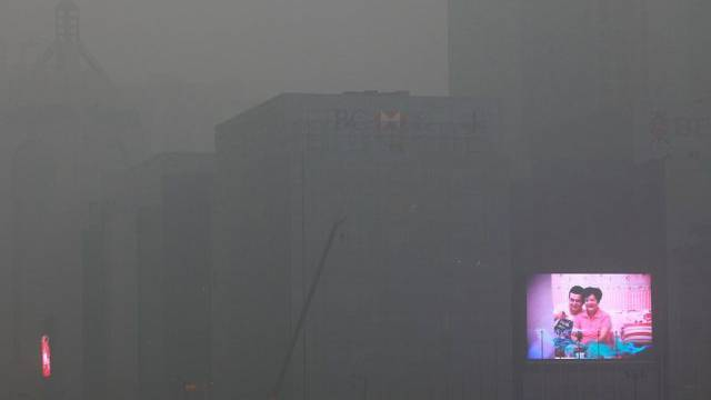 Wenn nur noch die Reklame zu sehen ist: Smog in Xi'an. (Archiv)