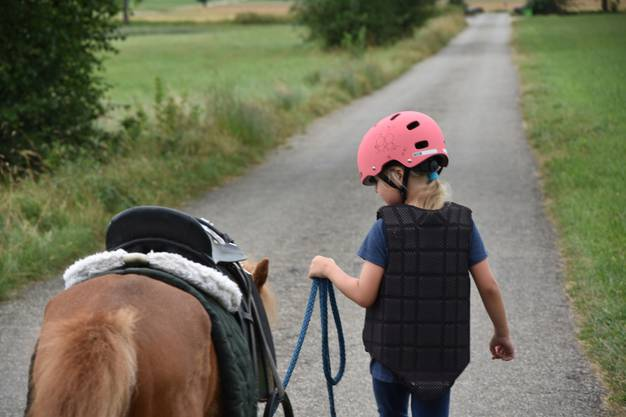 Gut geschützt - mit Helm und Sicherheitsweste kann im Falle eines Sturzes nichts mehr passieren
