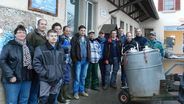 Ostermorgen, die Milchbauern versammeln sich ein letztes Mal vor der Milchsammelstelle am Dorfplatz Wölflinswil.