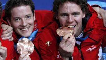Simon Strübin (links) und Toni Müller präsentieren ihre Olympia-Bronzemedaillen