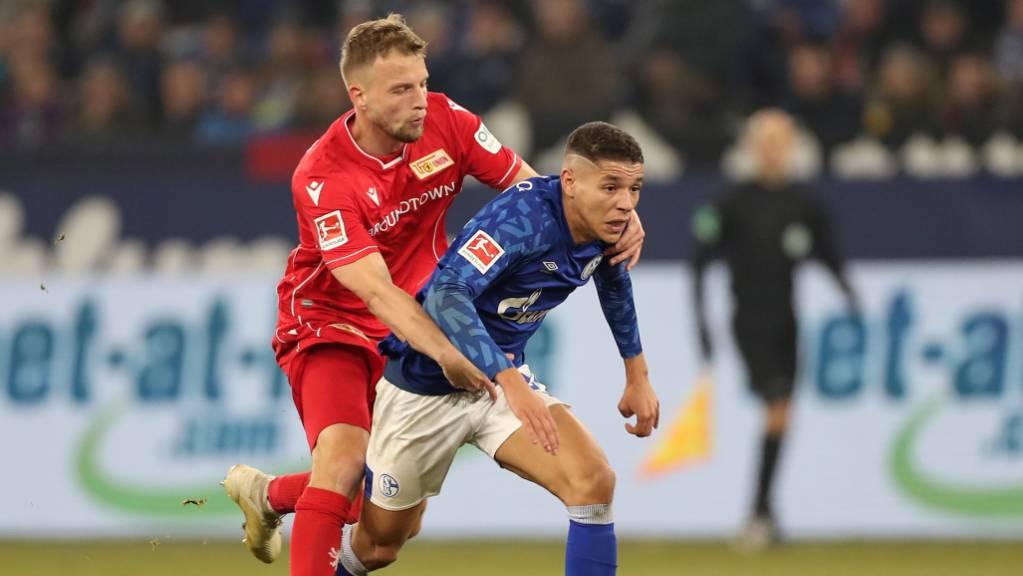 Union Berlins Marvin Friedrich (links) lässt gegen den Schalker Amine Harit nicht locker.