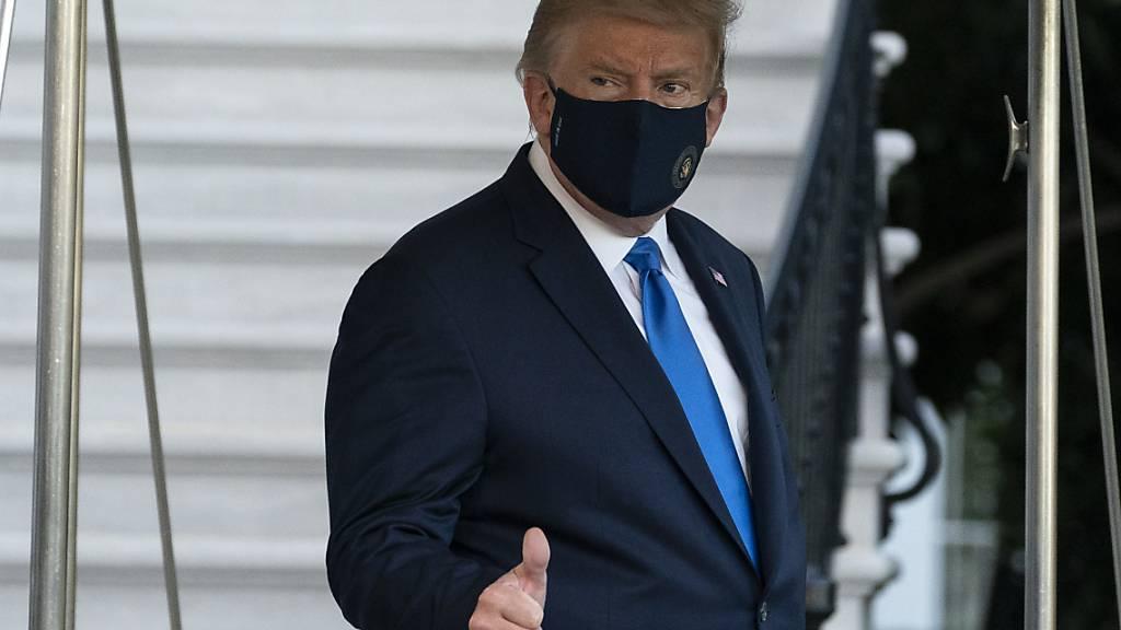 dpatopbilder - Donald Trump, Präsident der USA, verlässt das Weiße Haus. Nach seiner Infektion mit dem Coronavirus wird Trump ins Walter-Reed-Militärkrankenhaus gebracht. Foto: Alex Brandon/AP/dpa