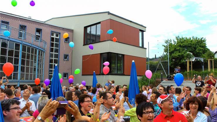 Mit Luftballons wurde der Anbau des Schulhauses (im Hintergrund rechts) eingeweiht.