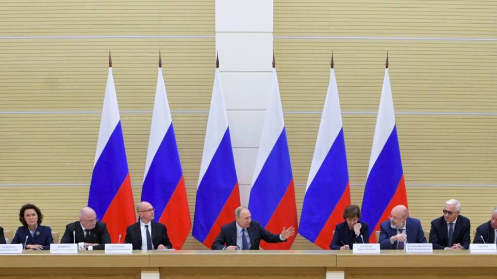 Der russische Staatschef Putin (Mitte) erörtert Verfassungsänderungen mit einer Arbeitsgruppe aus handverlesenen Personen.
