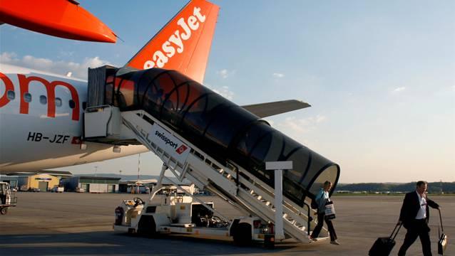 Easyjet-Passagiere verlassen ein Flugzeug. (Symbolbild)