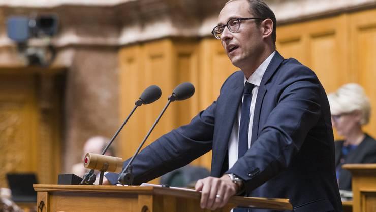 Martin Candinas spricht während einer Debatte zum Vaterschaftsurlaub im Herbst 2019.