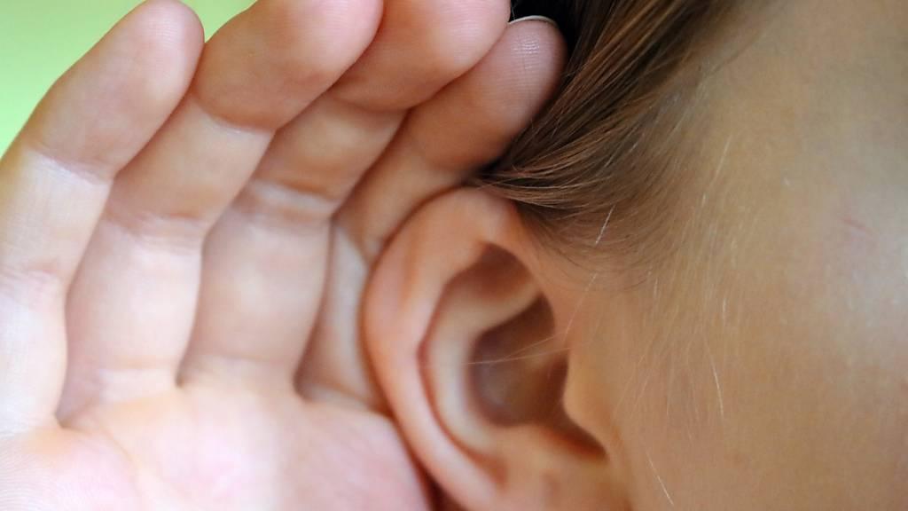 Menschen richten Ohren laut Studie auf interessante Geräusche