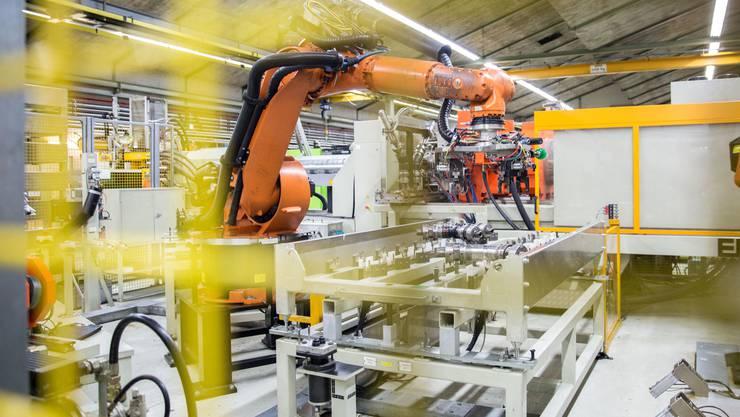 Die Produktion von hochwertigen Verbindungskomponenten für Wasser- und Gasrohrleitungen ist bei der GF Wavin AG hochautomatisiert.