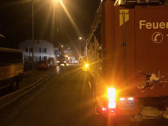 Beim Blick ins Rohr entdeckte er Flammen und alarmierte die Feuerwehr. Die genaue Brandursache ist laut Kantonspolizei noch unklar.