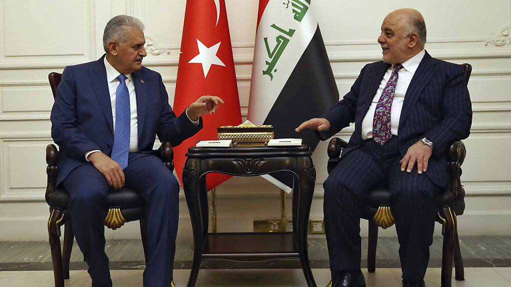 Der türkische Premierminister Binali Yildirim (links) und sein irakischer Amtskollege Haider al-Abadi haben sich nach irakischen Angaben im Streit um türkische Truppen im Nordirak geeinigt.