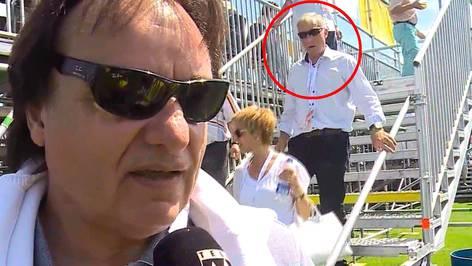 Während Sion-Präsident Constantin Tele M1 ein Interview gibt: Alfred Schmid steigt die Vip-Tribüne in Gränichen hinunter.