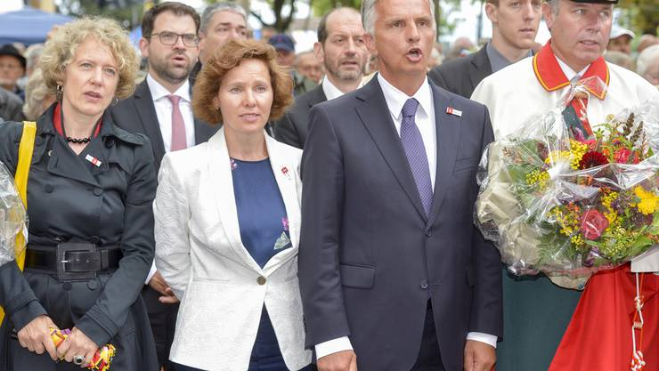 Bundesrat Didier Burkhalter, rechts, Gattin Friedrun, Mitte, und die Zürcher Stadtpräsidentin Corine Mauch, links, singen die Landeshymne an der Stadtzürcher Bundesfeier auf dem Bürkliplatz.