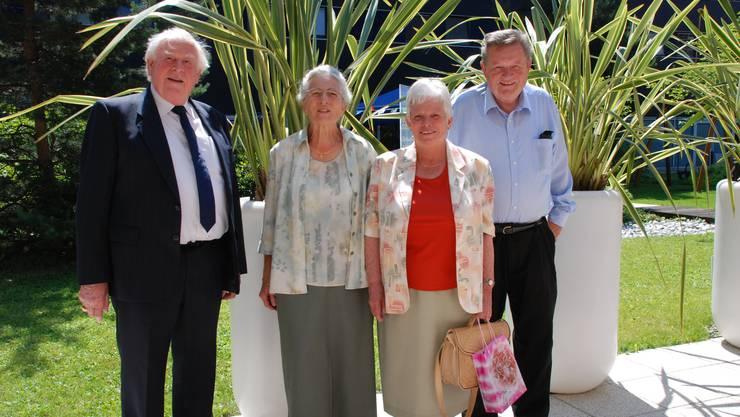 Margrit Schenkel (2.v.r.) mit dem MUKIBA-Vorstand. Von links: Präsident Pfarrer Willy Im Obersteg, Helene Harlacher und Vize-Präsident Franz Leutert. (Bild Martin Mullis)