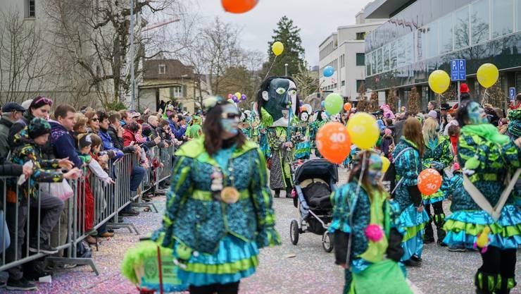 Beliebt der grosse Fasnachtsumzug durch die Stadt Brugg am Sonntag. Im Bild die Guggenmusik Schwellbaumschränzer aus Windisch am Umzug 2017.