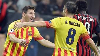 Lionel Messi (l) jubelt mit Andres Iniesta.