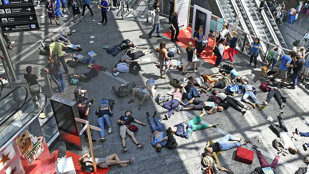 Menschen sollen auf dem Boden bleiben statt mit dem Flugzeug abzuheben: Kurz-Streik von Klimaaktivisten am Flughafen Zürich.